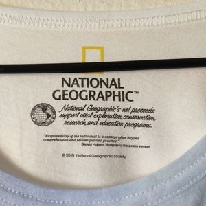 National Geographic Tops - National geographic bear graphic tee